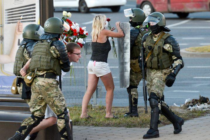 Im Würgegriff der Diktatur: Sicherheitskräfte führen einen Demonstranten in Belarus ab