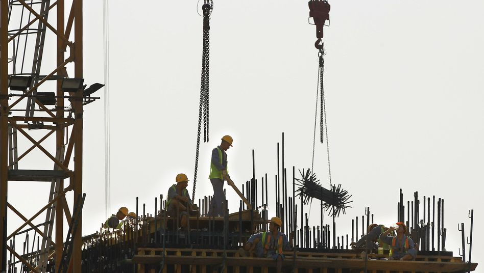Arbeiter auf Katar-Baustelle: Unkontrollierbares Firmengeflecht