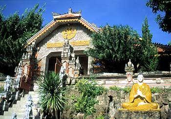 Das einzige buddhistische Kloster auf Bali hat nur noch einen Mönch: Brahma Asrama Vihara in Dencarik