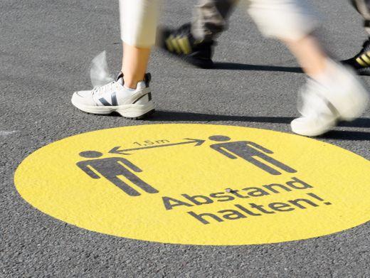 Im September gaben 45 Prozent der Deutschen an, auf mindestens einen Meter Abstand zu anderen Menschen zu achten. Im April waren es noch 59 Prozent.