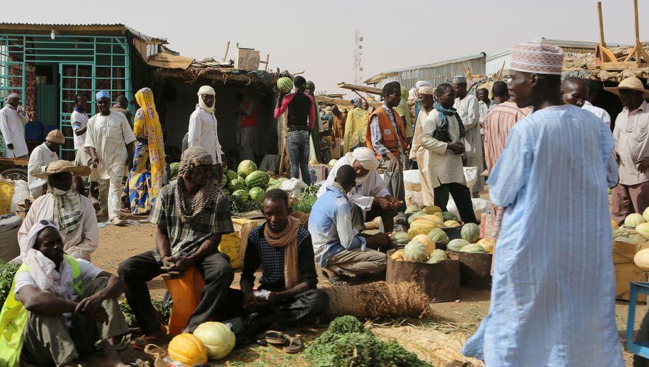Händler verkaufen Wassermelonen auf einem Markt in Agadez, Niger (Archivbild). In dem afrikanischen Land gelten 90,5 Prozent der Menschen als arm.