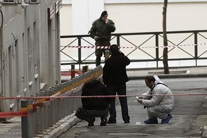 Schüsse in Athen: Experten sichern die Spuren am Tatort