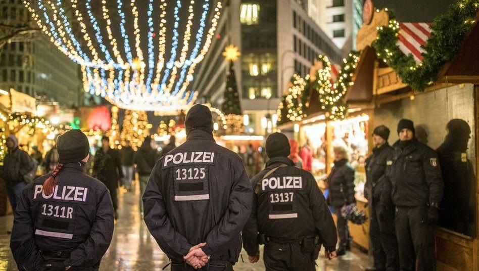 Polizisten auf dem Weihnachtsmarkt (Archivbild)