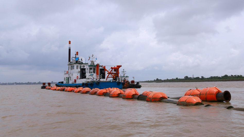 Bergungsschiff auf dem Bago River: Liegt hier die seit knapp 400 Jahren verschollene Glocke von König Dhammazedi?