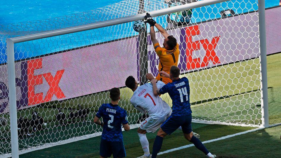 Martin Dúbravka legt sich den Ball selbst ins Tor
