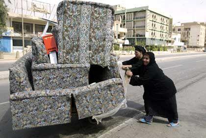 Plündernde Frauen in Bagdad: Was nicht gestohlen wurde, wird verwüstet