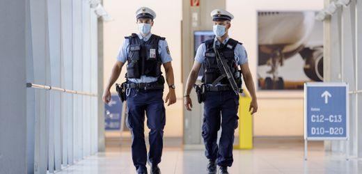 Coronavirus: Darf die Polizei Reisende am Flughafen zum Corona-Test zwingen?