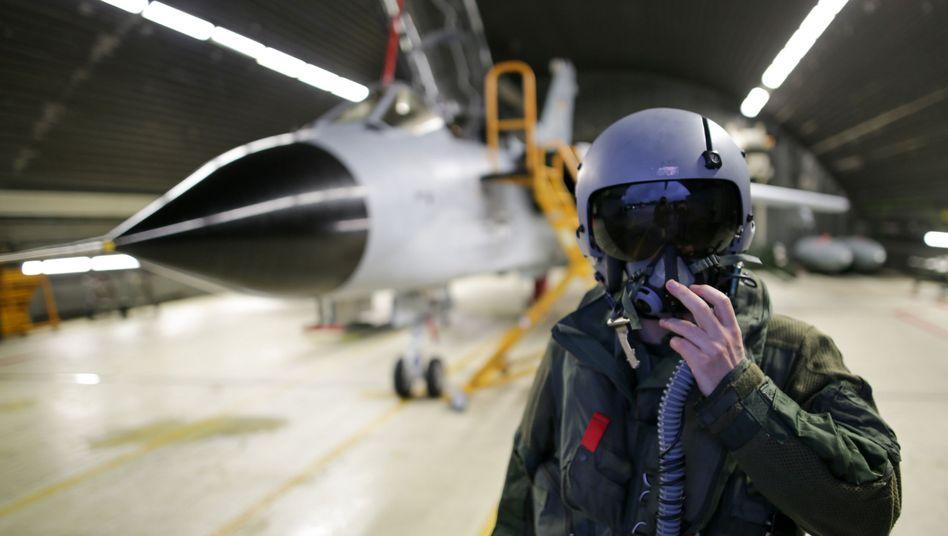 """Soldat vor """"Tornado""""-Flugzeug: Einsatzkontingent mit 194 Männern und Frauen"""