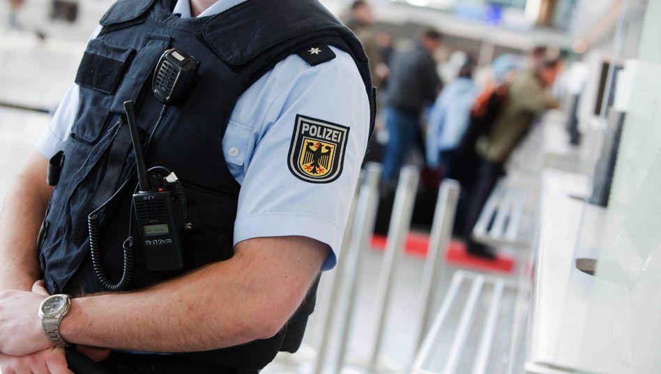 Polizist am Flughafen (Archiv)