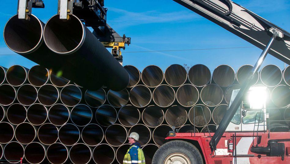 Ein Mitarbeiter überwacht den Transport von Rohren für Nord Stream 2 (Archivbild)