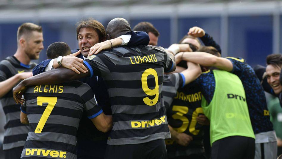 Inter-Trainer Antonio Conte (m.) wurde auch schon mit Konkurrent Juve Meister