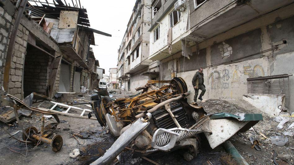 Hof eines Wohnhauses in Stepanakert, das durch den Beschuss mit aserbaidschanischer Artillerie schwer beschädigt wurde