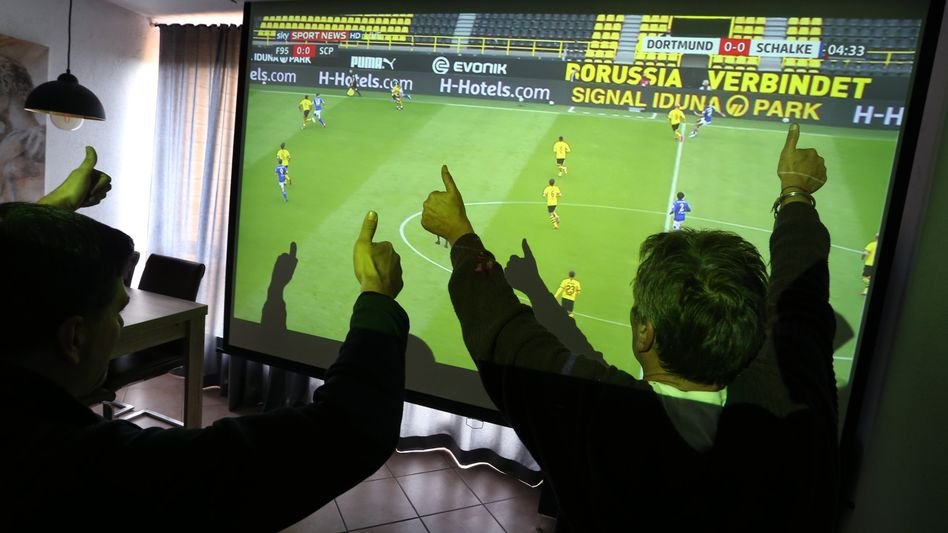 Fußballfans in Kaufbeuren schauen die Sky-Konferenz
