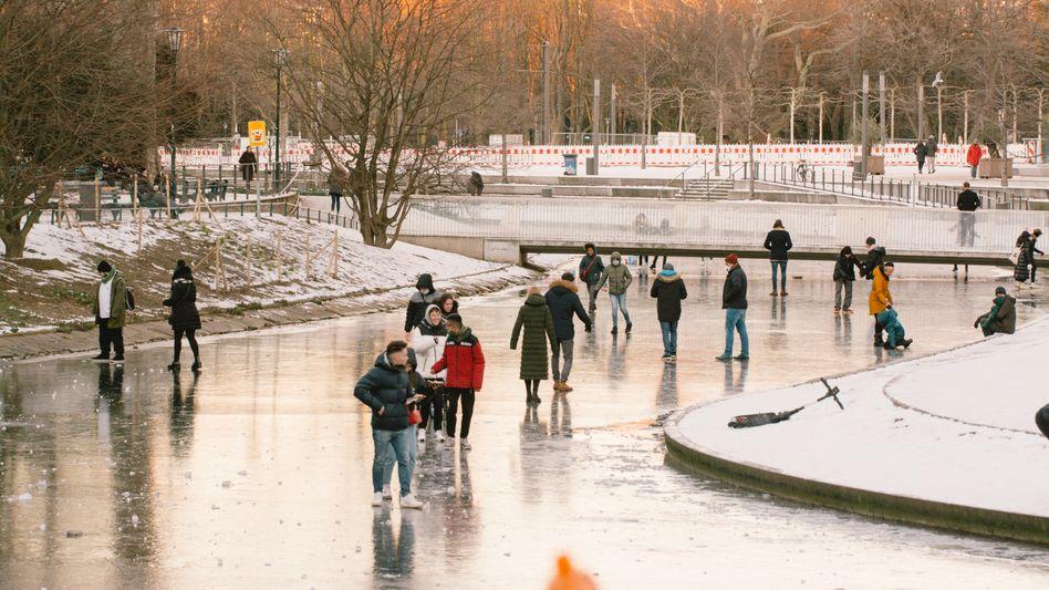 Spaziergänger auf der Nördlichen Düssel in Düsseldorf
