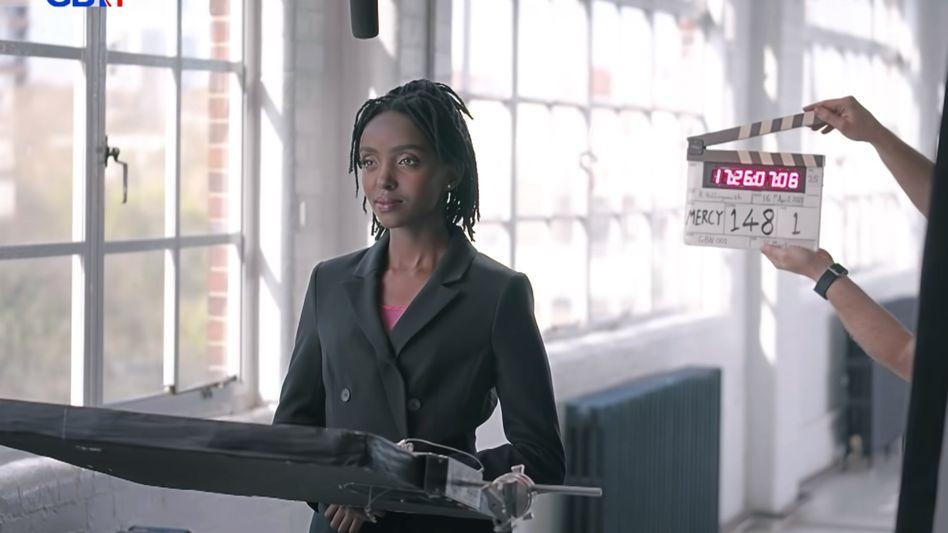 Szene aus einem Werbevideo von GB News: Bitte alle Wokeness-Auffälligkeiten sofort melden!