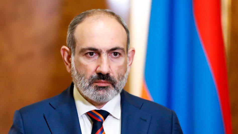 Nikol Paschinjan nach Ausruf des Kriegszustands im armenischen Parlament am 27. September