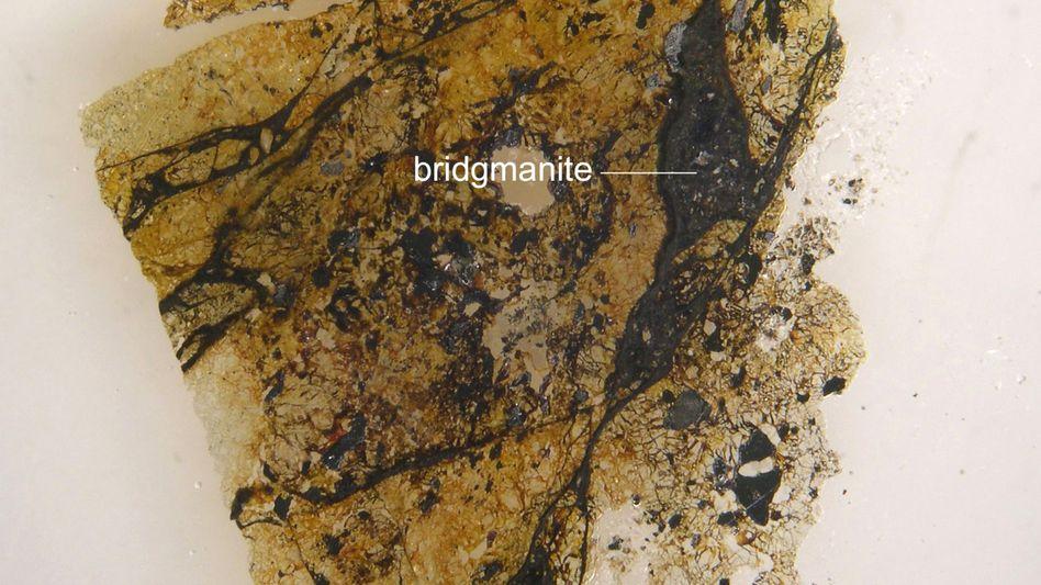 Der Tenham-Meteorit: Bridgmanit (Englisch: bridgmanite) steckte in der kosmischen Bombe