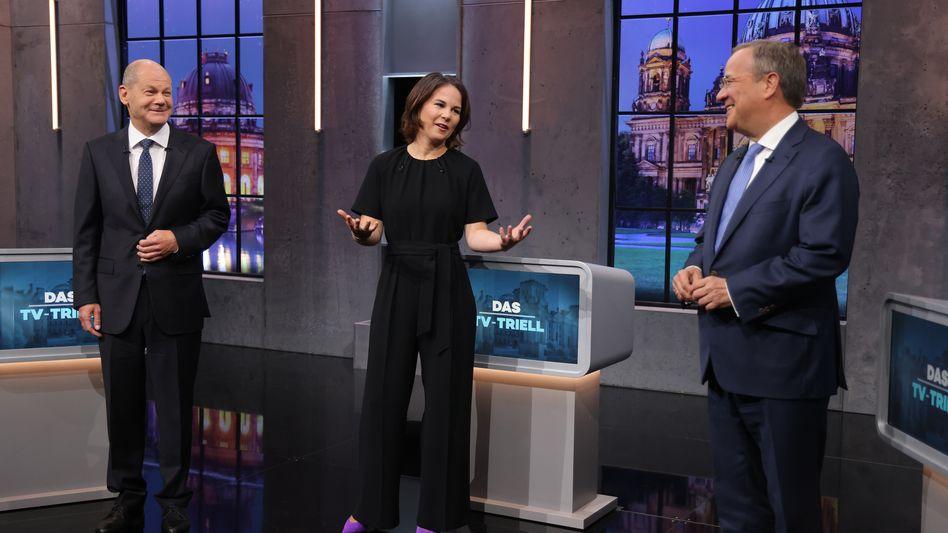 Kandidatin zwischen Kandidaten: Annalena Baerbock, Olaf Scholz (l) und Armin Laschet vor Beginn des letzten TV-Triells