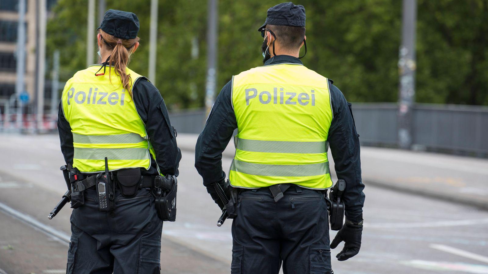 Zürich, Schweiz - 20. Juni 2020: Zwei Polizisten der Stadtpolizei Zürich.