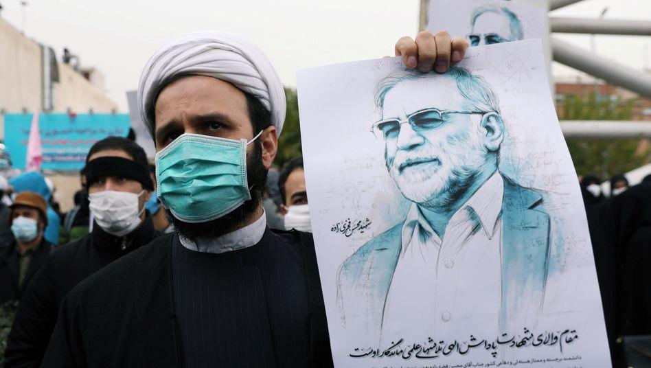 Ein Iraner protestiert gegen die Ermordung des Atomwissenschaftlers Mohsen Fakhrizadeh: »Der innenpolitische Druck ist hoch«