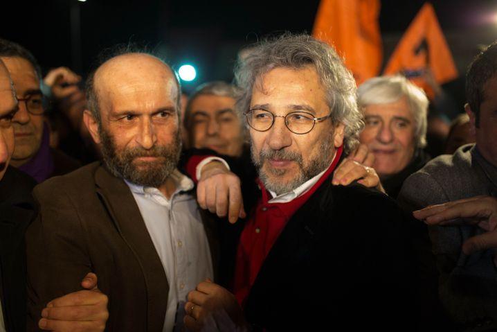 Gül (l.) und Dündar nach ihrer Freilassung: In einem Monat wieder vor Gericht
