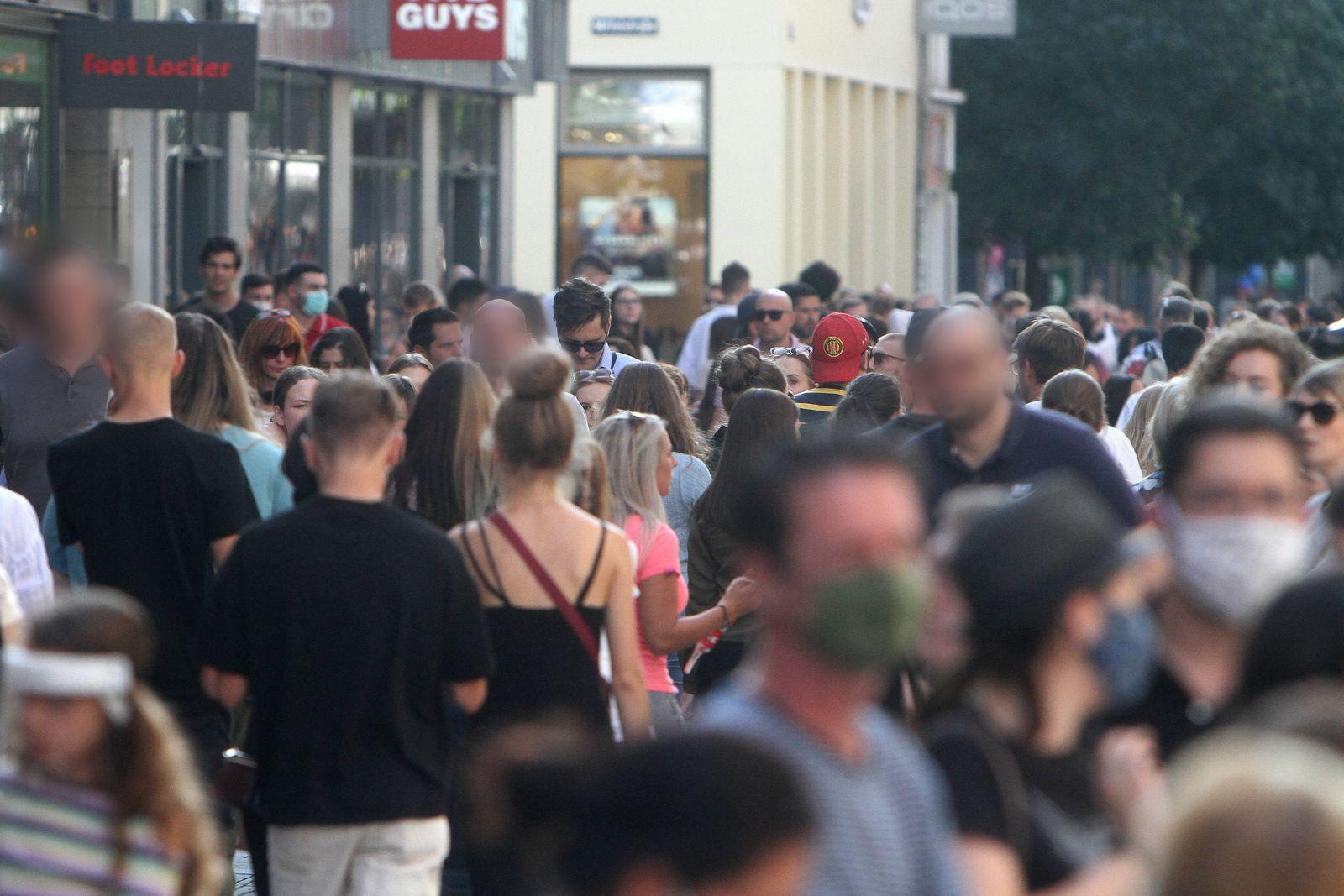Nach der Lockerung der Schutzmaßnahmen und Wiedereröffnung der Geschäfte sieht die Einkaufsstraße und Fußgängerzone Fli
