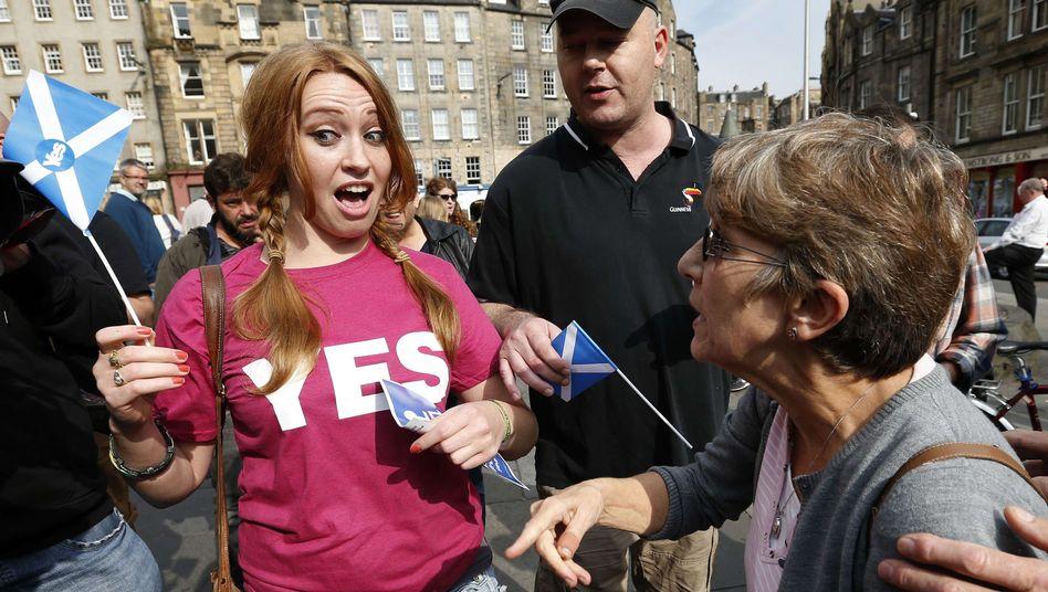 Anhängerin und Gegnerin einer Abspaltung Schottlands in Edinburgh: Kopf-an-Kopf-Rennen