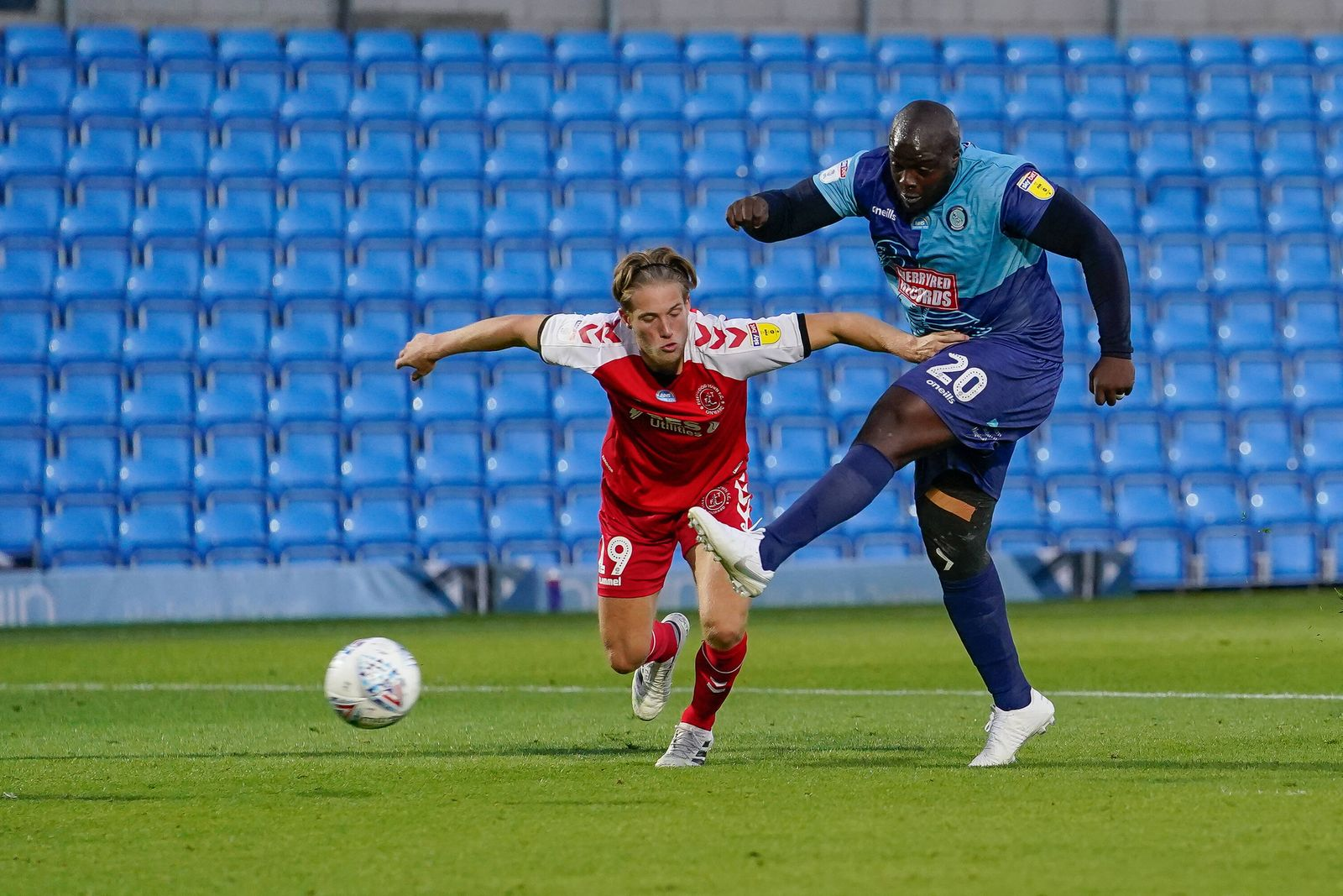 Sport Themen der Woche KW28 Adebayo Akinfenwa of Wycombe Wanderers (right) shoots during the Sky Bet League 1 play-off s