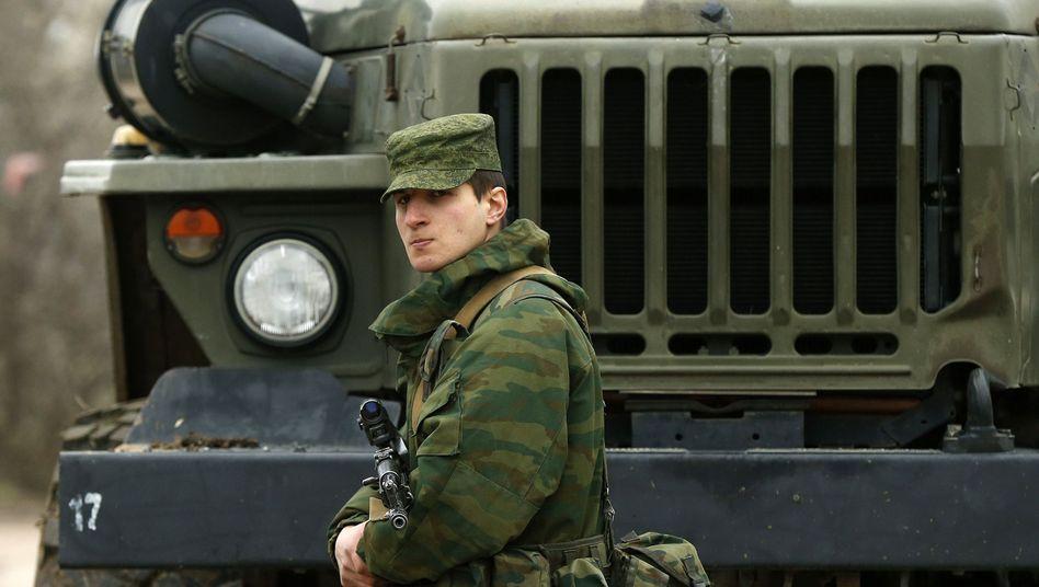 Prorussischer Soldat nahe Militärbasis bei Sewastopol: Angriff im Lastwagen