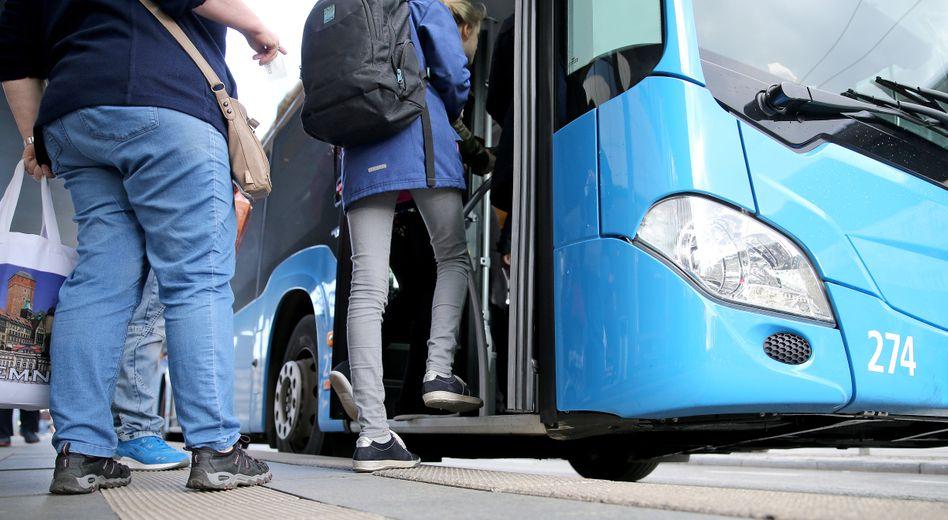 """Fahrgäste an der Haltestelle: """"Die steigen zu mir sogar lieber ein als zu einem jungen Kollegen"""""""