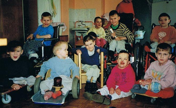Sascha Medwedew, mit blauem Pullover, als Kind, links im Bild im Rollstuhl
