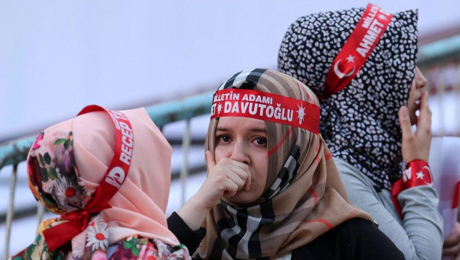 Erdogan-Anhängerinnen: Die AKP ist auf einen Koalitionspartner angewiesen