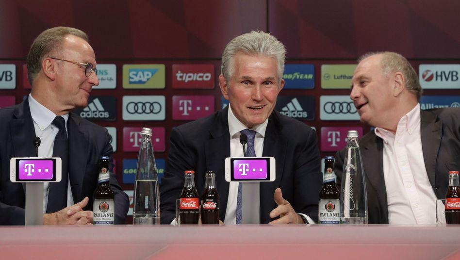 Karl-Heinz Rummenigge (l.), Jupp Heynckes und Bayern-Präsident Uli Hoeneß (r.)