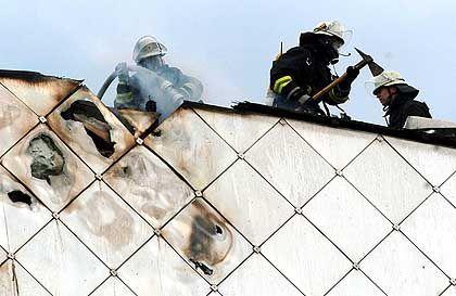 Feuerwehrleute auf dem Dach des Opernhauses: Schwierige Löscharbeiten