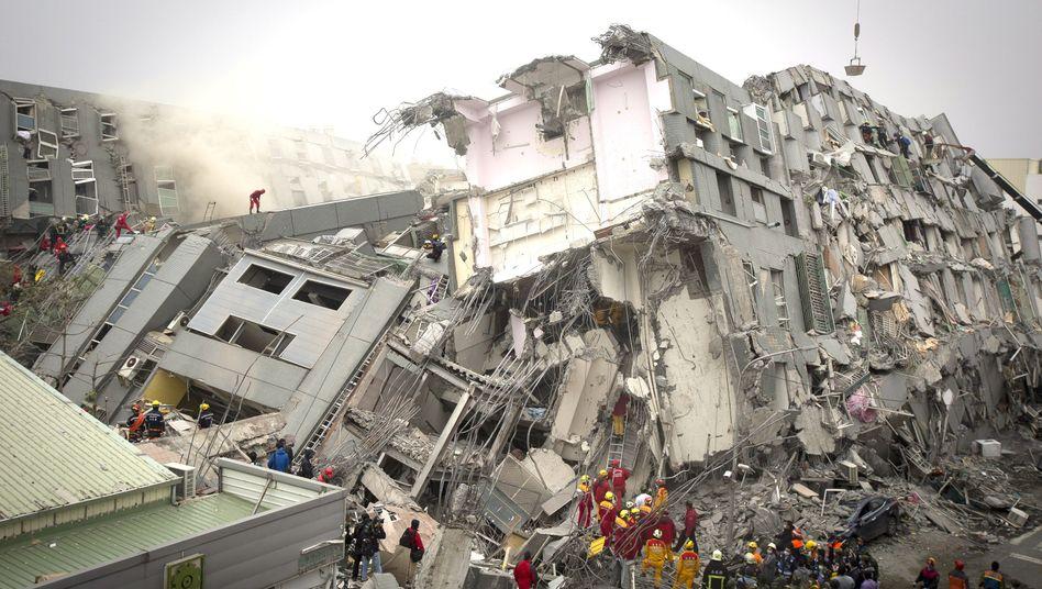 Verschüttete und Tote: Erdbeben in Taiwan lässt 16-stöckiges Hochhaus umkippen