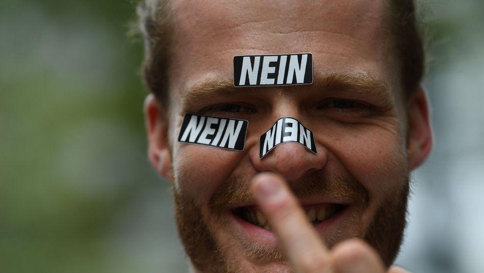 Ein Teilnehmer der Demo #ausgehetzt in München