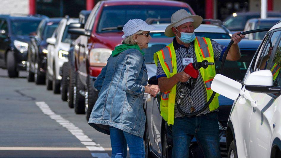 Knapper Kraftstoff an der Ostküste: Anstehen an einer Tankstelle in Charlotte