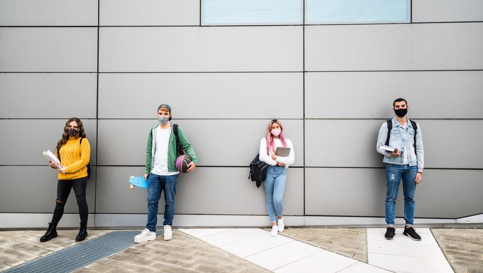 Je nach Schulabschluss blicken junge Menschen unterschiedlich auf die Zukunft (Symbolbild)