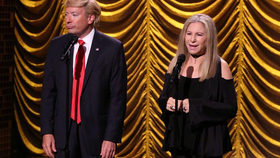 Barbra Streisand 2016 mit Jimmy Fallon in Trump-Verkleidung