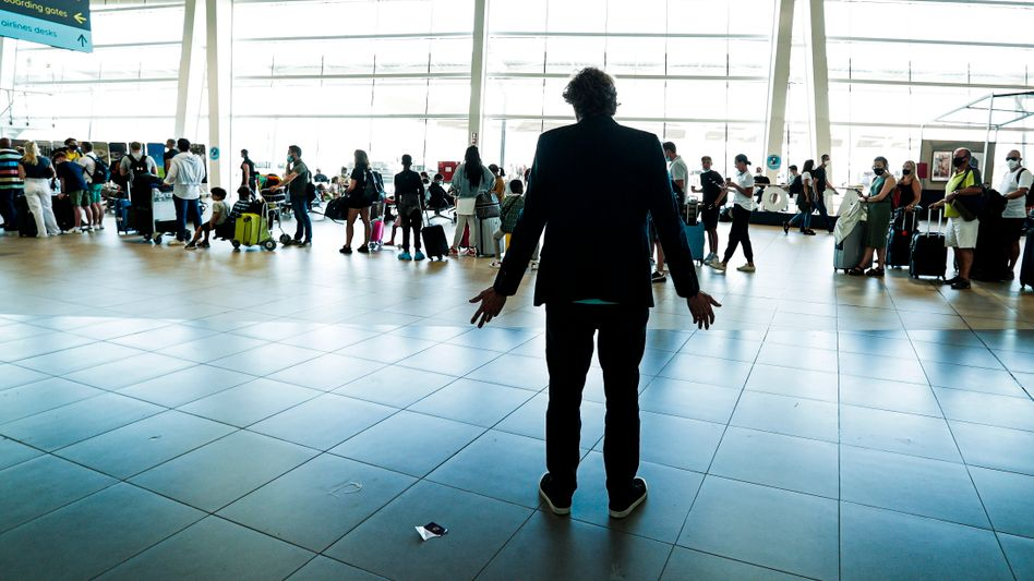 Touristen an Flughafenschalter in Portugal (Symbolbld)