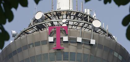 """Telekom-Logo am Kölner Fernsehturm: """"Auf Überwachung legen"""""""