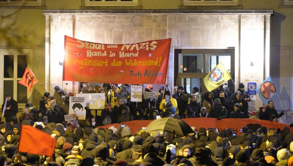 Demonstration am Sonntag vor dem Polizeirevier in Dessau-Rosslau (Sachsen-Anhalt)