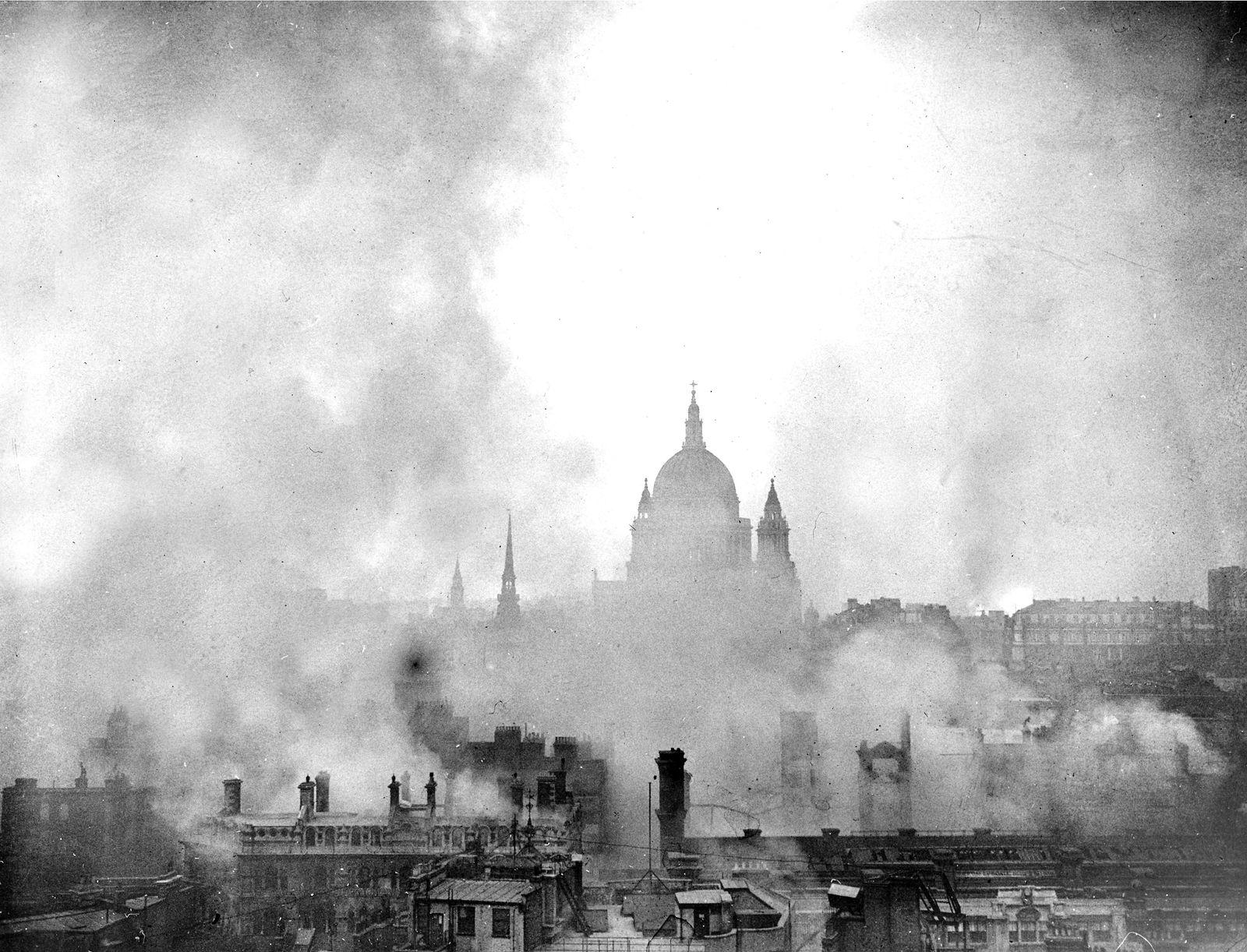 EINMALIGE VERWENDUNG The Blitz/ St. Pauls Cathedral/ 2. Weltkrieg/ London