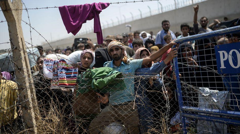 Syrer an der Grenze zur Türkei: 3,8 Millionen fliehen aus dem Bürgerkriegsland