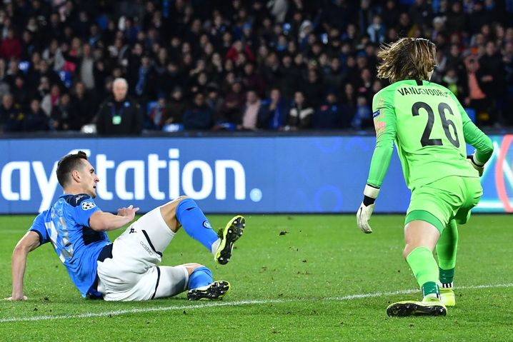 Maarten Vandevoordt (r.) kann dem Ball nach seinem Fehler nur noch hinterherschauen