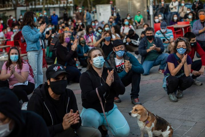 Bewohner eines abgeriegelten Wohngebiets protestieren in Madrid