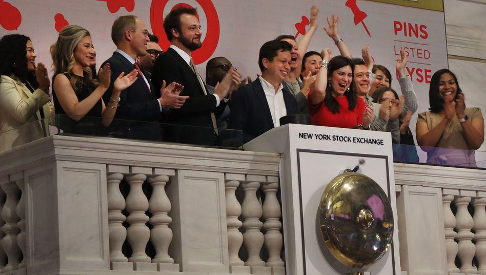 CEO Ben Silbermann (Mitte) und seine Mitarbeiter läuten die Glocke