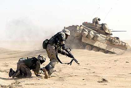 Dezember 2002: US-Soldaten üben in Kuweit einen Angriff auf den Irak