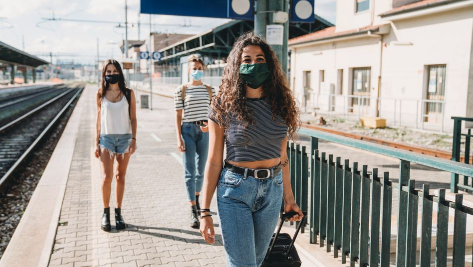 Junge Menschen auf Reisen während der Corona-Pandemie