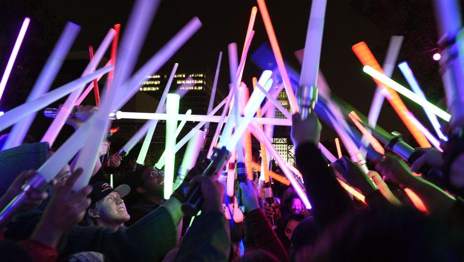 """""""Star-Wars""""-Fans mit Spielzeug-Lichtschwertern in Los Angeles"""